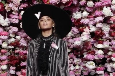 Surprise guest Beyonce accepts CFDA Fashion Icon Award