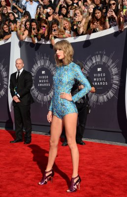 Taylor Swift rocks short romper at MTV VMAs red carpet
