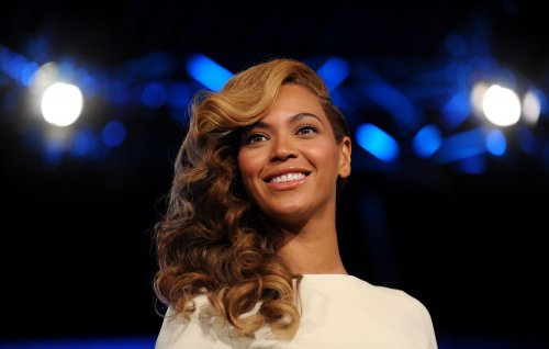 Beyonce fills New England Walmart with Christmas cheer
