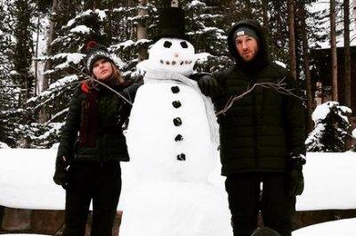 Taylor Swift, boyfriend Calvin Harris build snowman