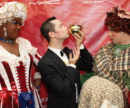 Hasty Pudding Theatricals presents Joseph Gordon-Levitt with prestigious pudding pot