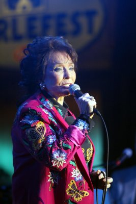 Deschanel to play Loretta Lynn on Broadway