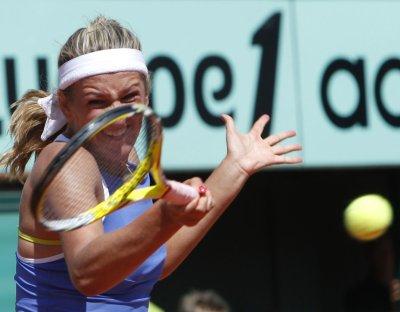 Azarenka, Sharapova advance at French Open