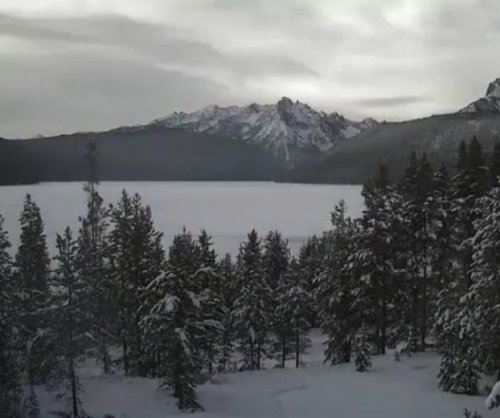 Idaho lake freezing captured in time-lapse video