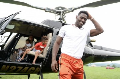 Antonio Browns arrives in helicopter to Pittsburgh Steelers training camp