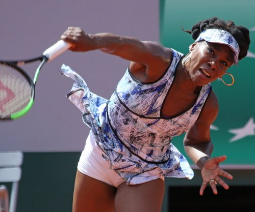 Venus Williams reaches third round of French Open as Serena Williams watches