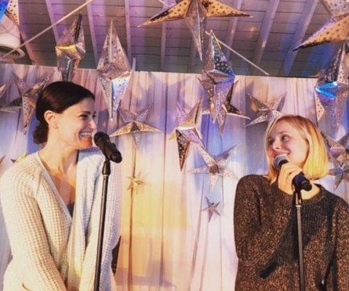 'Frozen' stars Kristen Bell, Idina Menzel reunite at charity event