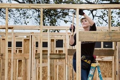 Garth Brooks, Trisha Yearwood work on Habitat for Humanity house