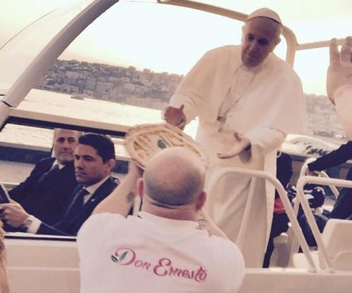 Naples man delivers pizza to Pope Francis in the Popemobile