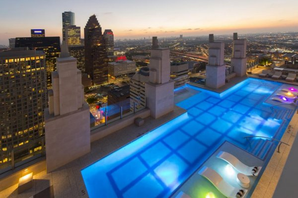 Watch 39 sky pool 39 hangs 500 feet above ground atop houston for Average square footage of a swimming pool