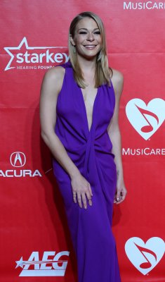 LeAnn Rimes jokes she lost virginity by raping boyfriend