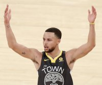 Stephen Curry scores 49, leads Warriors past 76ers