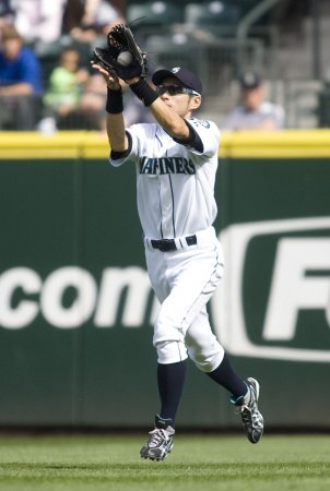 Suzuki wins 10th consecutive Gold Glove