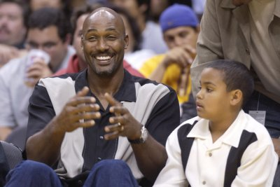 Former NBA MVP Karl Malone extends 'knuckle up' offer to Kobe Bryant