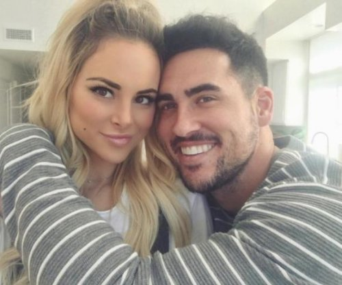 Josh Murray, Amanda Stanton spotted kissing after split