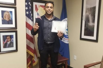 Mariners' Nelson Cruz becomes U.S. citizen