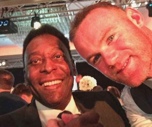 Wayne Rooney takes selfie with Pelé, sings Frank Sinatra
