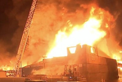 Firefighters battle 4-alarm warehouse fire in San Francisco