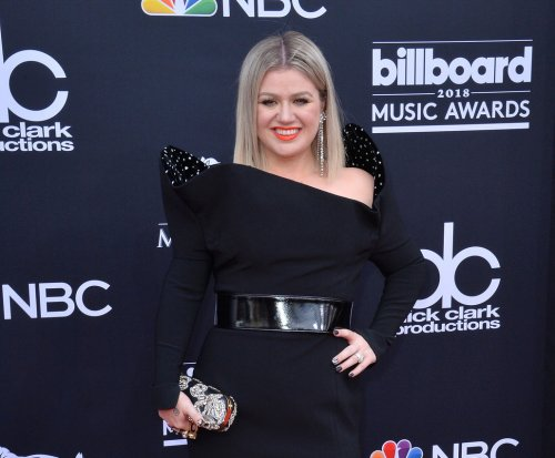 Kelly Clarkson pays tribute to Texas school shooting victims