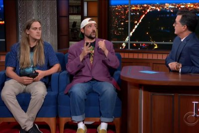 Kevin Smith, Jason Mewes embarrass Smith's daughter on 'Colbert'