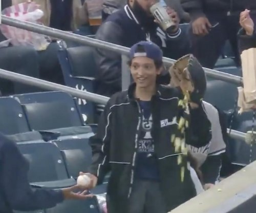Yankees fan catches baseball in popcorn-filled glove