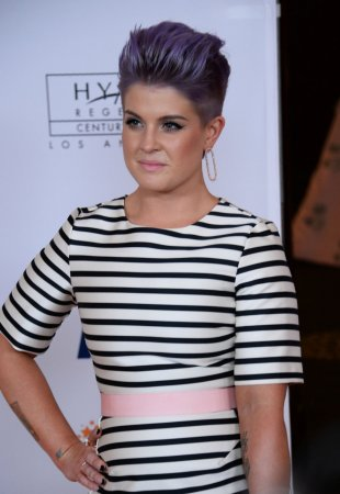 Kelly Osbourne debuts head tattoo