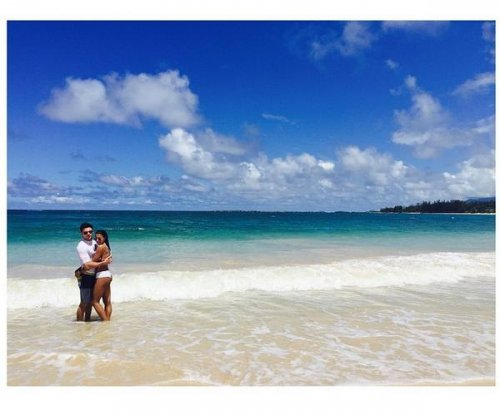 Zac Efron, girlfriend Sami Miro cuddle up in Hawaii