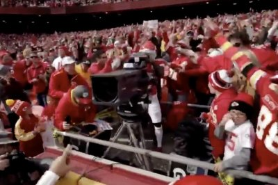 Chiefs' Tyreek Hill takes cameraman's job after TD