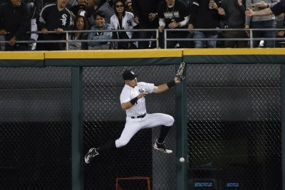 White Sox's Adam Engel robs Giants' Pablo Sandoval of homer