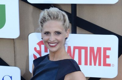Sarah Michelle Gellar and Selma Blair kiss during 'Cruel Intentions' girls night with Reese Witherspoon