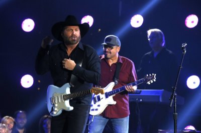 Garth Brooks says he lip synced 2017 CMA Awards performance