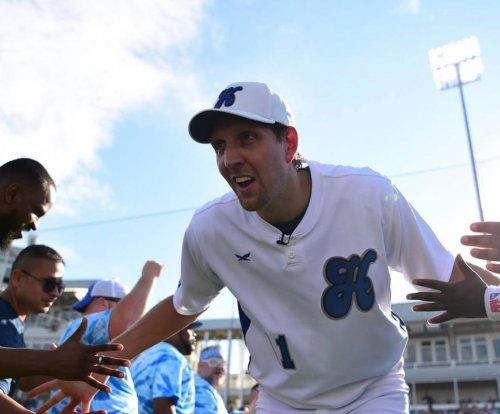 Ezekiel Elliott mocks Dirk Nowitzki's running style