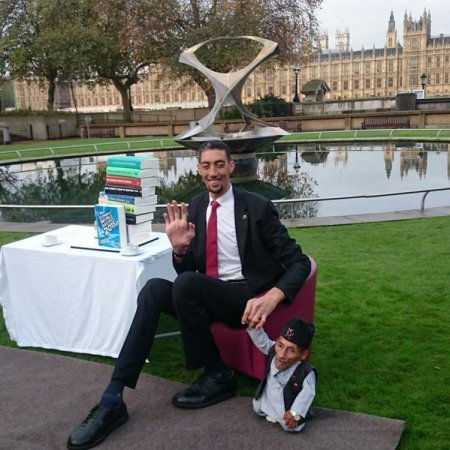 World's tallest, shortest men meet in London