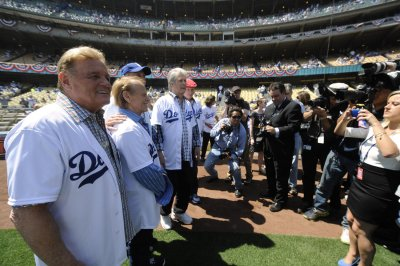 Bankruptcy judge approves Dodgers sale