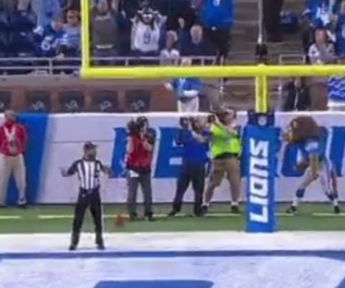 Cameraman hit in groin with field goal during Detroit Lions, Arizona Cardinals game