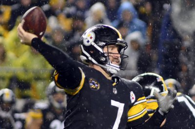 Pittsburgh Steelers' Ben Roethlisberger exits practice after hitting head