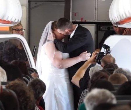 Couple marry aboard plane halfway between Australia, New Zealand
