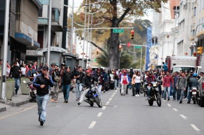 Venezuela opposition convoy attacked by groups at legislative palace