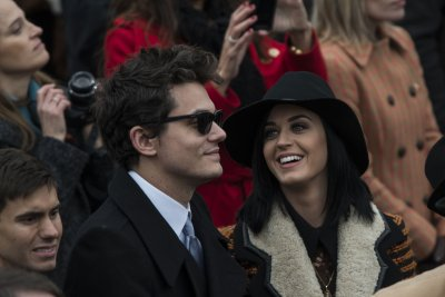 Katy Perry, ex-boyfriend John Mayer cozy up at concert