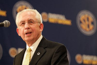 Former SEC commissioner Mike Slive dies at 77