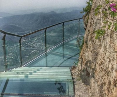 Tourists flee as Chinese mountain's glass walkway cracks