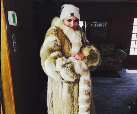 Miranda Lambert shows off Christmas fur coat, sparks controversy