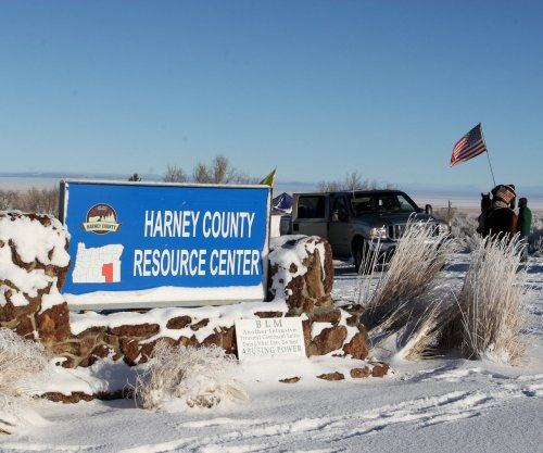 Three Oregon occupiers surrender, one refuses to leave