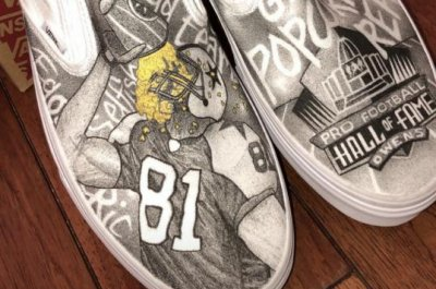 Terrell Owens gifts shoes to fellow HOFers