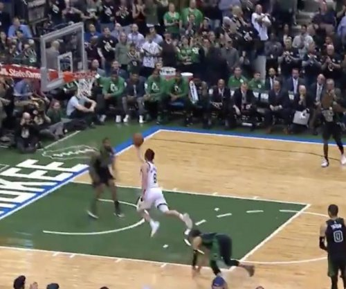 Bucks' Dellavedova catches Celtics sleeping on inbound pass
