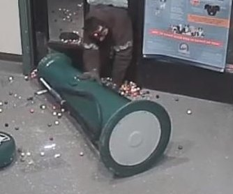 'Gumball bandit' struggles to steal machine from shelter