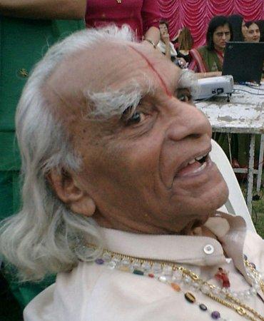 Yoga guru BKS Iyengar dies at 95
