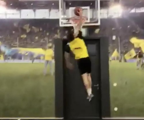 USMNT star Christian Pulisic has sick handles, can dunk basketball