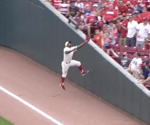 Reds' Yasiel Puig slams into wall, makes daring catch against Dodgers