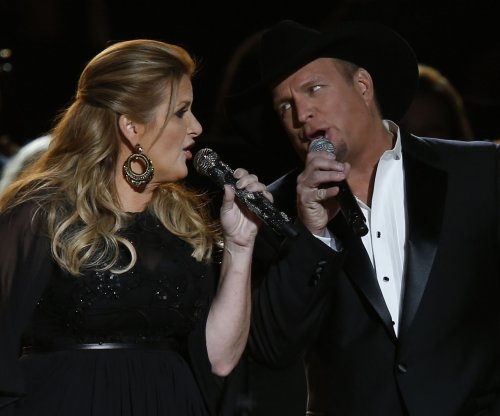 Taylor Swift presents Garth Brooks with the CMA Award for Entertainer of the Year